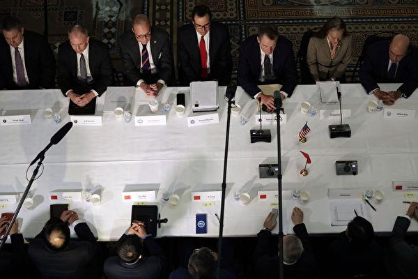 美國總統川普(特朗普)週日(5月5日)發推文說,他計劃在5月10日提高對華關稅。知情人士透露,中方有可能取消副總理劉鶴訪美行程。圖為今年2月下旬,美中在華府展開談判。