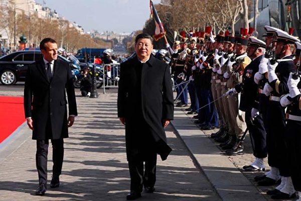 圖為3月25日檢閱儀仗隊時,法國總統馬克龍跟隨習近平慢慢前行。 (FRANCOIS MORI/AFP/Getty Images)