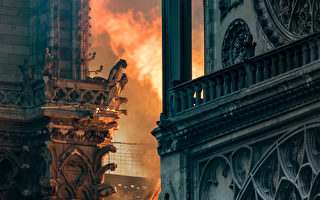 2019年4月15日,烈火映紅了巴黎聖母院的外牆。 (THOMAS SAMSON/AFP/Getty Images)