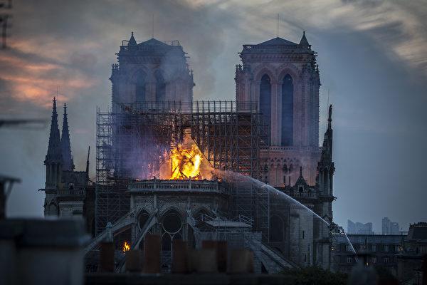 4月15日,巴黎著名地标圣母院(Notre-Dame Cathedral)惨遭祝融肆虐,屋顶几乎全毁。有人发现熊熊火焰中出现耶稣身影及人脸,引发网友热议。