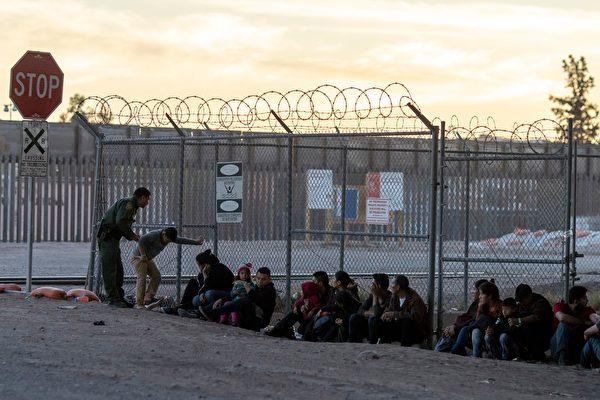 """美国总统川普(特朗普)周五(6月7日)表示,在与墨西哥就非法移民问题达成协议后,决定""""无限期地""""暂停对墨西哥的关税措施。"""