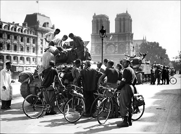 (FILES) This file picture taken on August 25, 1944 shows people gathering around a tank from French General Leclerc's 2nd Armored Division near Notre-Dame in Paris. The 65th anniversary of the liberation of Paris will be celebrated tomorrow. AFP PHOTO (Photo by STF / AFP FILES / AFP) (Photo credit should read STF/AFP/Getty Images)