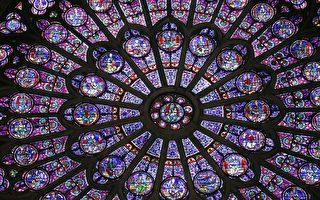 组图:巴黎圣母院大火 无价彩色玫瑰窗幸存