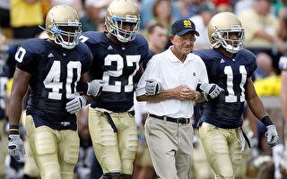 2008年9月13日,圣母大学对决密西根大学,前总教练霍兹出席为球员打气。(Gregory Shamus/Getty Images)