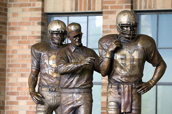 SOUTH BEND,IN - SEPTEMBER 13: Former head coach Lou Holtz of the Notre Dame Fighting Irish has a statue unveiled before the game against the Michigan Wolverines on September 13, 2008 at Notre Dame Stadium in South Bend, Indiana. (Photo by: Gregory Shamus/Getty Images)