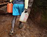 肯亚男子徒手挖路穿越树林 全村人免走远路