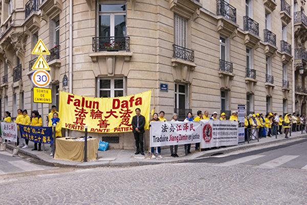 2019年4月25日,法國部分法輪功學員在中共駐巴黎使館對面舉行紀念活動,紀念法輪功學員四二五和平上訪20週年。(關宇寧/大紀元)