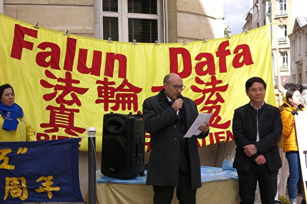 醫生反強摘組織(DAFOH)法國負責人Harold King在集會現場聲援法輪功學員。(關宇寧/大紀元)
