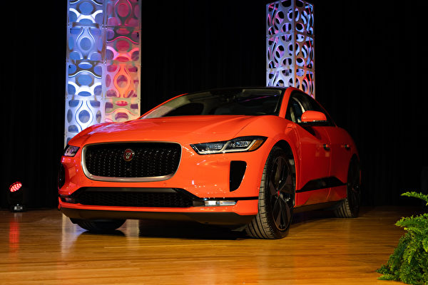 2019纽约车展捷豹Jaguar I-Pace赢得2019年世界年度风云车冠军大奖,世界年度最佳设计车大奖,世界年度环保车大奖成为今年的最大赢家。(戴兵/大纪元)