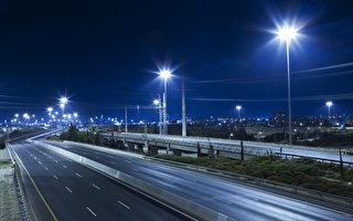 本拿比市在周四(4月18日)宣布,市内所有街道路灯已完成了从高压钠灯到LED节能灯的转换,每年可为城市省下大笔电费开支。(Shutterstock)