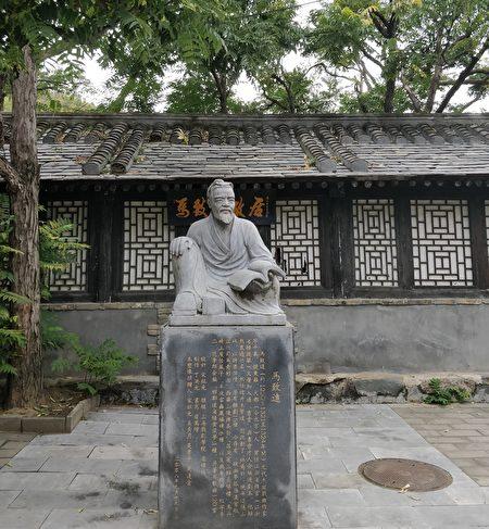 北京马致远故居中的马致远雕像。(公有领域)