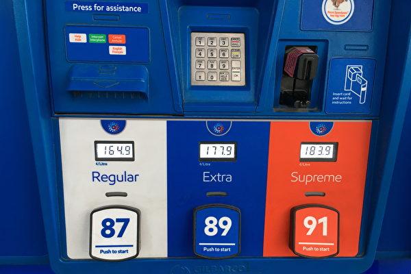 大温油价正在快速上涨。油价专家预测,大温哥华地区今夏的油价常态将徘徊在$1.549/升~$1.649/升之间。图为4月8日ESSO加油站的油价冲到了$1.649/升。(童宇/大纪元)