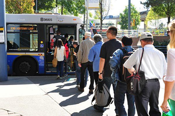 图:2018年度载客数量出现有史以来最大的跳增,其中公交车增幅最大,人次增加8%。(大纪元)