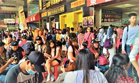 每到周末,聚集来自越南、印尼、泰国、菲律宾的移工,声调口音各异,让整栋大楼活了起来。