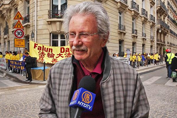巴黎市民Maurice聲援法輪功學員反迫害。(新唐人)