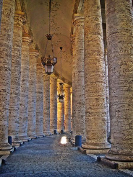 黃昏時分的聖彼得廣場柱廊。(公有領域)