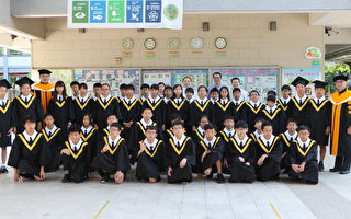 文雅国小家长会捐赠学校60组毕业袍与毕业帽