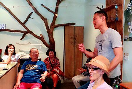 林彥甫(右)和母親陳雪貞在關懷據點和里民開心互動。