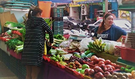 大楼商店街摊位贩卖越南食材,吸引固定客源。