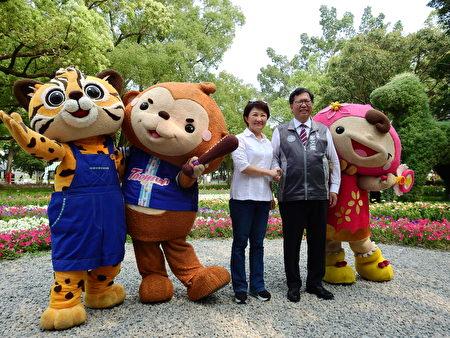 桃園市長鄭文燦4月8日二度參觀花博,與盧秀燕市長於阿拉伯皇家寶馬綠雕造景前合影。
