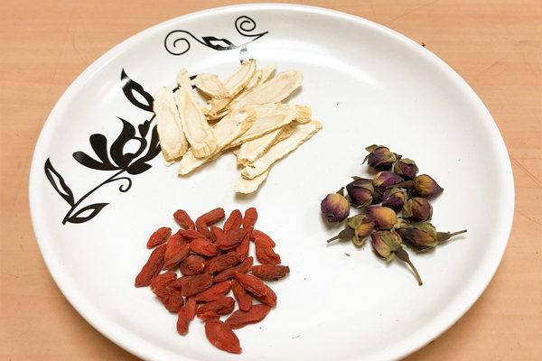 春季养生茶饮:玫瑰洋参枸杞茶。 (台中慈济医院提供)