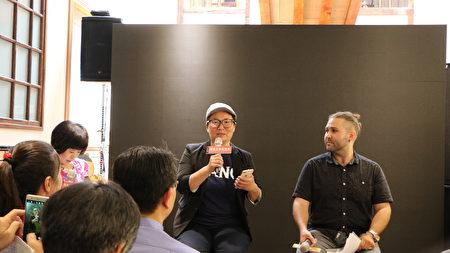 30日于林聪明沙锅鱼头呷意馆举行观影会,并由沙锅鱼头店第三代传人林佳慧(左)及协力者美国籍教师瑞德(Reed Giovannetti)分享心得。
