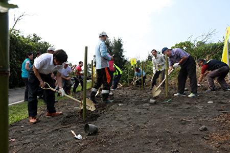 罗东林管处提供115棵台湾苦楝与水黄皮,沿着廍后段滨海自行车道旁适地适种。