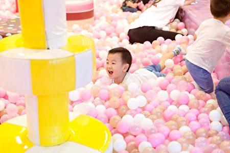 躲在球堆里是小朋友的最爱