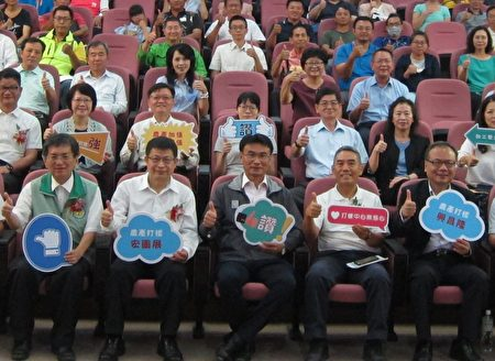 農委會主委陳吉仲(中)主持在高雄區農業改良場舉辦的「農產加值打樣中心」聯合啟用儀式。