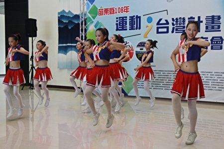 照南国小精彩舞蹈,展现健康活泼学生的特质。
