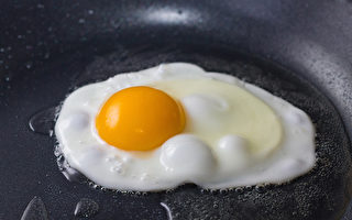 煎雞蛋時容易黏鍋、弄破蛋黃,怎樣做出好看又好吃的煎蛋?(Shutterstock)