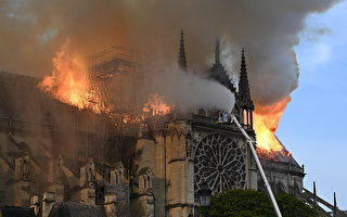 巴黎圣母院遭大火侵蚀,尖顶坍塌,大陆网友迅速想到北京故宫。