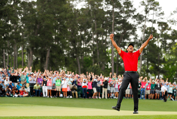 相隔14年,老虎.伍兹(Tiger Woods)再度夺得美国名人赛冠军。(Kevin C. Cox/Getty Images)