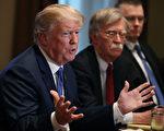 週三(4月3日),美國總統川普簽署了一份旨在打擊網上銷售假冒商品的備忘錄。(Mark Wilson/Getty Images)