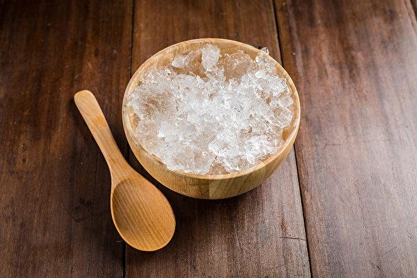 使用冰和盐来消除保温杯内壁污渍天然又安全。(Shutterstock)
