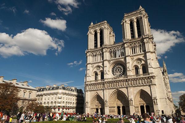 巴黎圣母院的双塔是典型的哥特式教堂的结构。(公有领域)