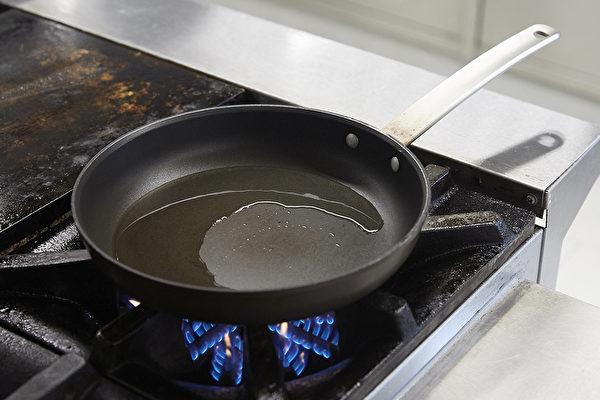 先將鍋子燒熱,再放冷油,油熱之後再將蛋打入鍋中,就能避免黏鍋。(Shutterstock)