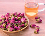 玫瑰花茶可以舒緩壓力,還有養顏抗老、調經止痛等功效。(Shutterstock)
