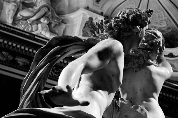 贝尼尼26岁时完成的雕塑《阿波罗与达芙妮》(Apollo and Daphne),罗马伯盖塞美术馆藏。(Eva Petrillo/shutterstock)