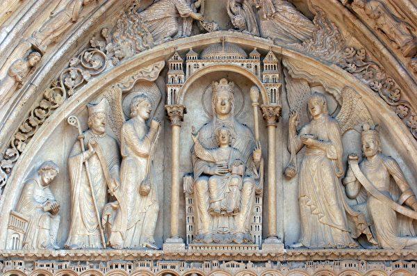 巴黎圣母院正面右侧的圣安妮之门,门楣上的主角是宝座上的圣母子。(shutterstock)