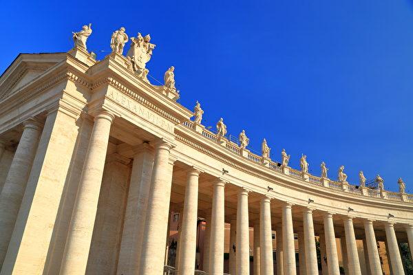 聖彼得廣場柱廊上的聖徒雕像,由貝尼尼主持完成。(Inu/shutterstock)