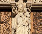 巴黎圣母院正面的聖母之門,門柱上是聖母子雕像。(shutterstock)