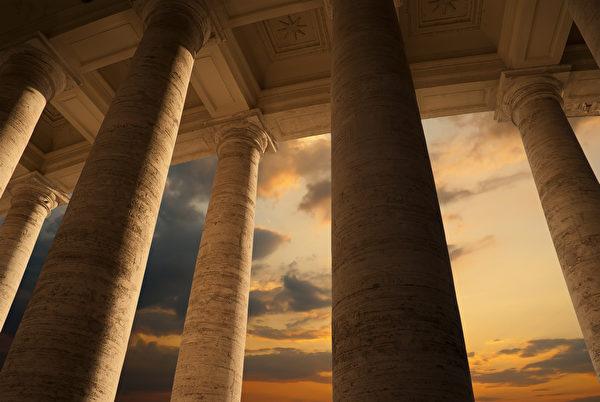 黃昏時分的聖彼得廣場柱廊。(Yiannis Papadimitriou/shutterstock)