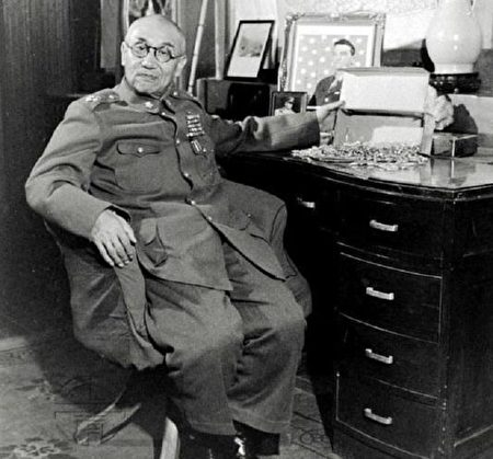 阎锡山1948年在办公室的留影。阎锡山时任太原绥靖公署主任兼山西省政府主席。(公有领域)