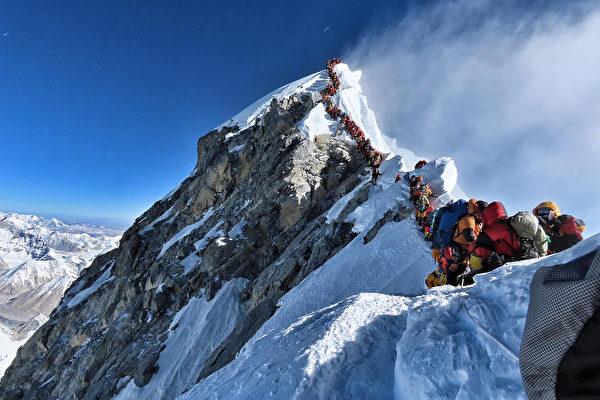 珠峰攻顶排长龙 登山客长时间等候酿6死