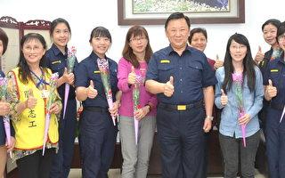 中坜警赠康乃馨  身兼母职女性同仁及妇女志工
