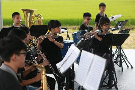 """5月25日冬山国小管乐团将在三奇稻间美径来一场""""稻浪音乐会""""。"""