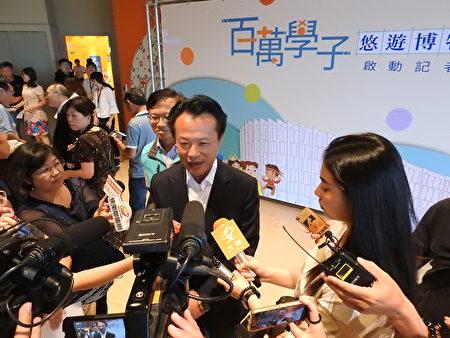嘉义县长翁章梁(如图)接受媒体联访。
