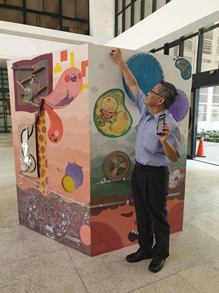 清華大學校長賀陳弘在作品「躍動彈珠」投下彈珠。