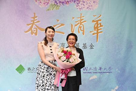 清華大學音樂系大四生陳炫妊(左)獻花給春之文化基金會董事長侯王淑昭女士(右)